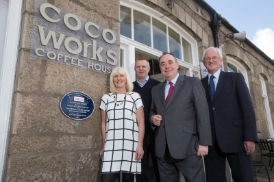 Alex Salmond with cafe owners George and Jennie Lawson and John Ellis